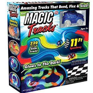 couci-couca Magic Tracks Auto und Zubehör mit 2 leistungsstarke Autos Leuchten im dunkel sowie 220 Stück biegsame Schienen